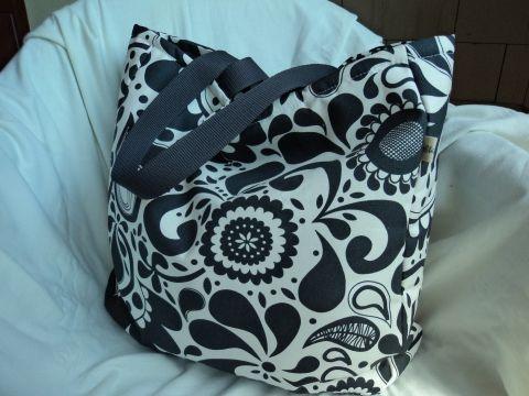 Virágos nagy táska, Táska, Válltáska, oldaltáska, Fehér alapon szürke virágmintás,erős pamutvászonból varrtam ezt a jól pakolható táskát. K..., Meska
