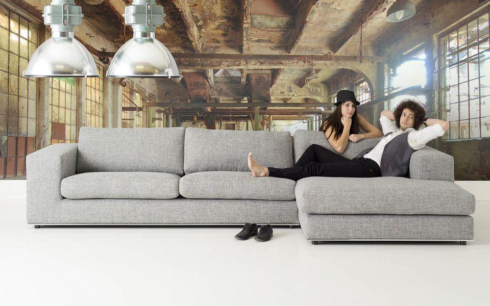 Ruime loungebank in strak design met hoogwaardige chromen plint de extra brede chaise longue - Eigentijdse design lounge ...