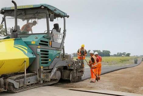 In één dag 1200 ton asfalt langs weg N248 bij Schagen