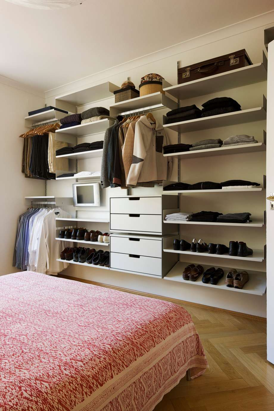 vitsoe the shoes clothes and hat storage solution for your bedroom note the hanging rails for shirts and trousers even the tv is squeezed in for bedtime