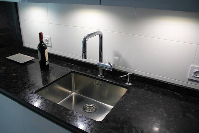 cocinas Diseño de cocinas en Pinto rey gola blanco granito negro ...