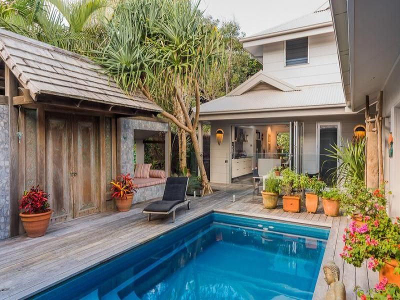 Stylish Beach House With A Calming Atmosphere Small Backyard Pools Pool Patio Backyard
