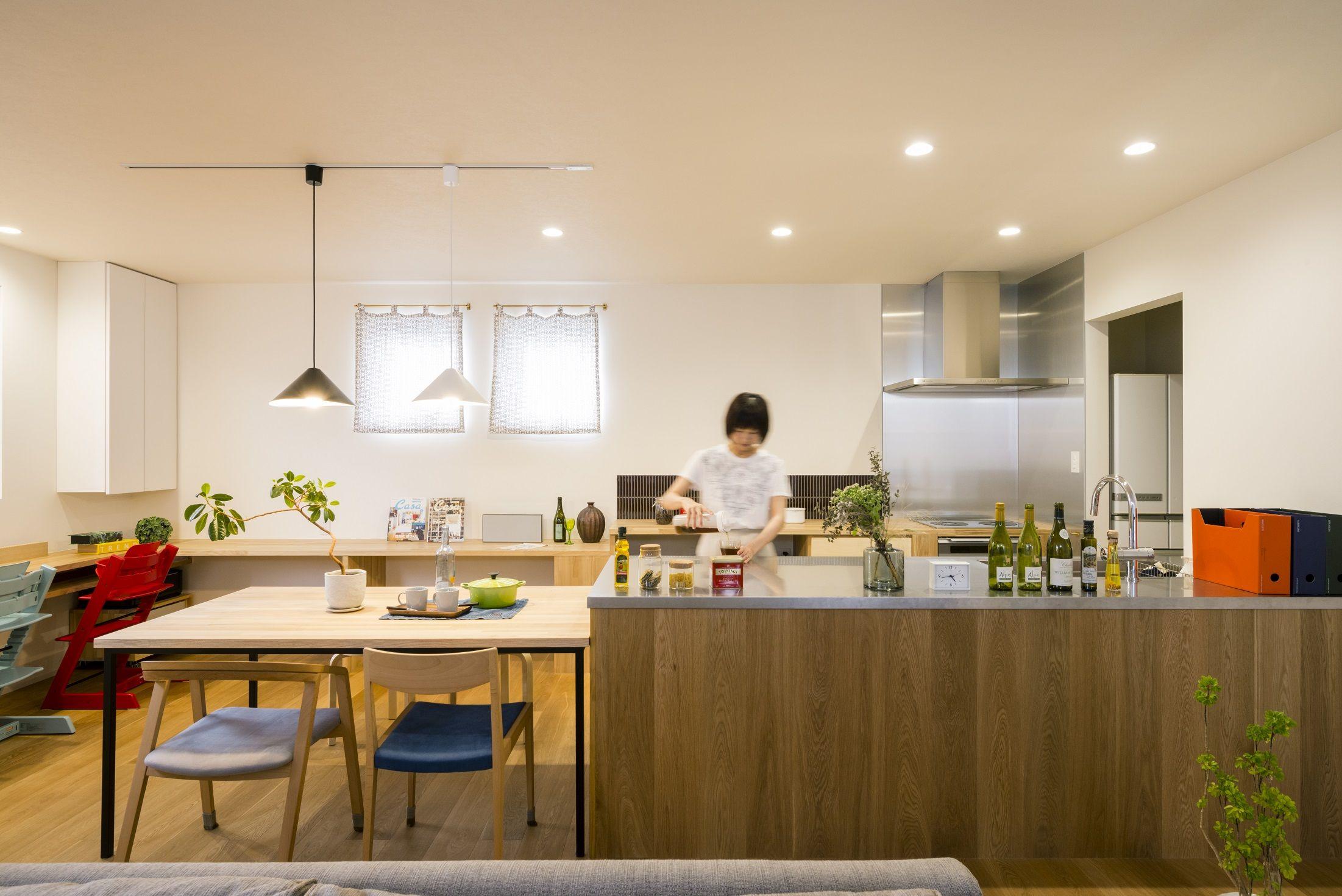 広い作業台のあるニ型キッチン ステンレスとオーク材で造作した