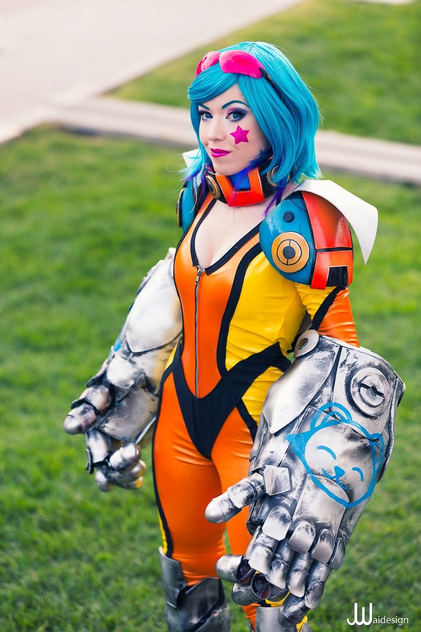 Sarah Kulyk as Neon Strike Vi from League of Legends ©JwaiDesign 2014. Anime  CostumesCosplay ...