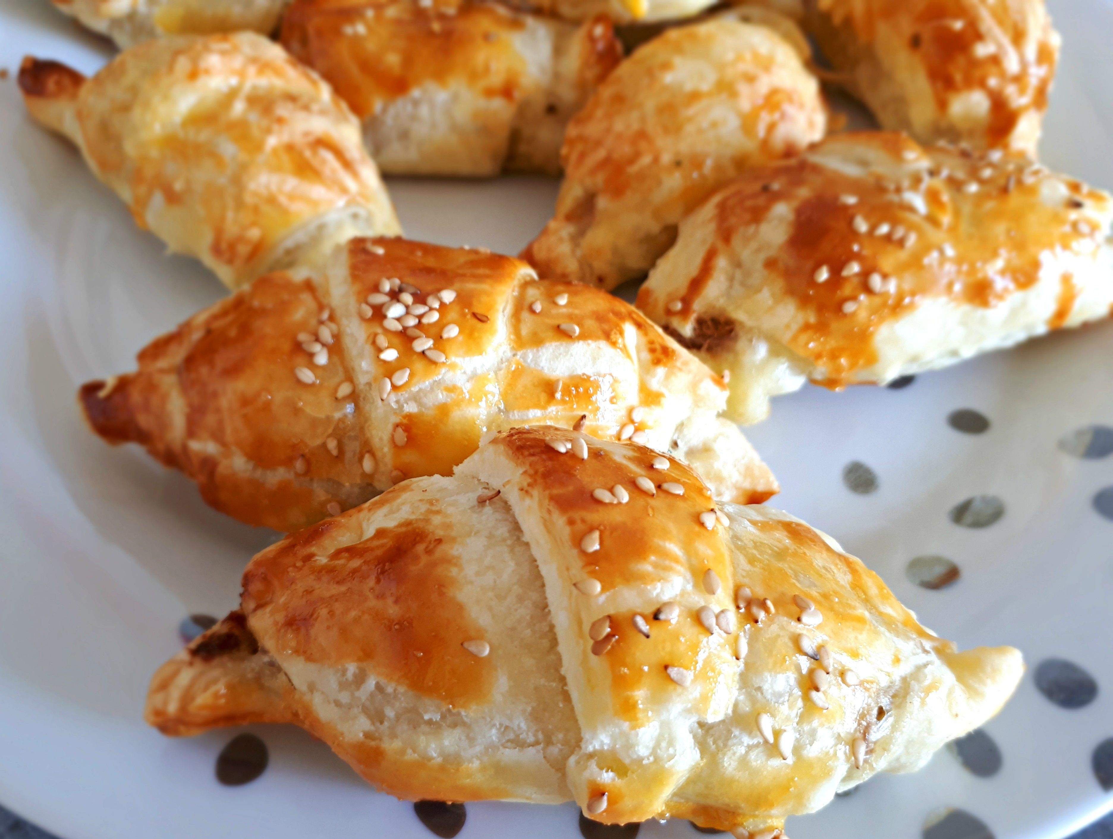 Voici donc ma petite recette de croissants salés au thon et au fromage à raclette. Mes meilleurs vœux et à très vite ! #croissantssalés #croissantsapéro