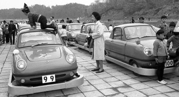 再生されたのは、寄贈された100台のうちの100号車(画像右)