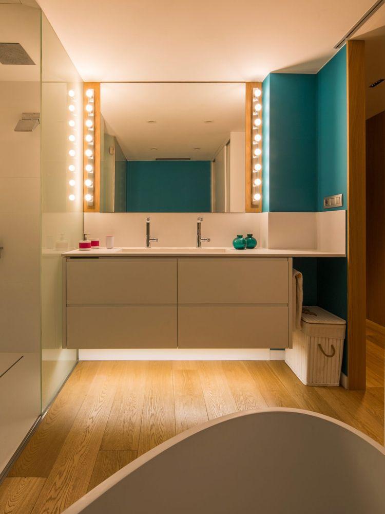 Badezimmer Holzboden Weiss Doppelwaschbecken Spiegel #interiordesign