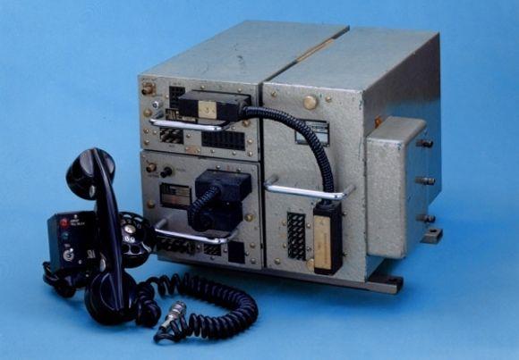 40 aniversario de la telefonía móvil. El primer sistema de telefonía para coches parcialmente automático se presentó en Suecia en 1956, y el equipo seguía pesando 40 kilos.