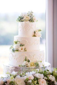 Glutenfreie Hochzeitstorte Mit Roten Rosen Und Fruchtiger Fullung