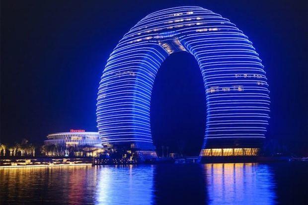 Sheraton Hot Spring Resort – Huzhou  Voici l'Hôtel Sheraton Hot Spring Ressort situé sur la rive sud du lac Taihu de la Station thermale de Huzhou (Chine). Conçu par l'architecte Chinois Ma Yansong (MAD Architecture) la façade de cet édifice de plus de 100 mètres de hauteur qui accueille 321 chambres est recouverte de modules de Led dynamiques permettant de très belles animations graphiques.