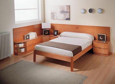 La cabecera de la cama esta unida a las mesas de noche y a una ...