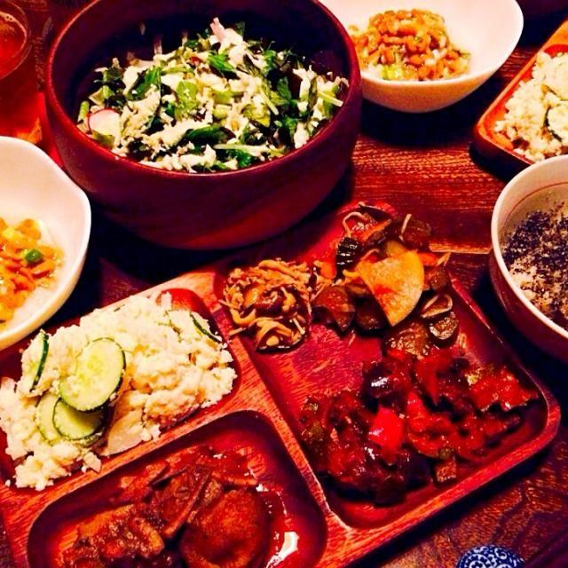 最近野菜が美味しくて美味しくてちょっと食べ過ぎかも、、、 - 5件のもぐもぐ - 納豆おろしとワカメ入り生野菜サラダとおからサラダとジャガイモと生スルメイカの煮物とエノキとシメジのカレー風味炒めとお漬物とラタトゥイユと発芽玄米ご飯の煮干し粉と黒擦り胡麻がけ by toki69
