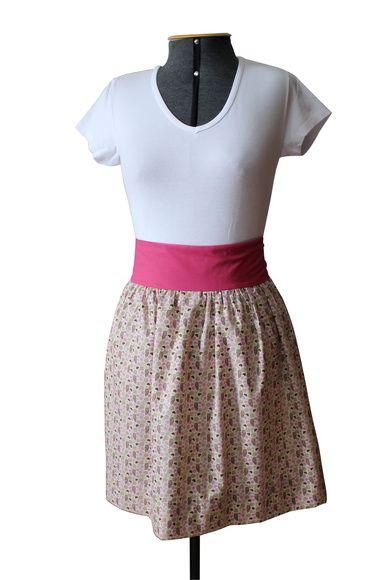 Avental com estampa floral e corações. Tecido 100% algodão, cós embutido e faixa na cor rosa.