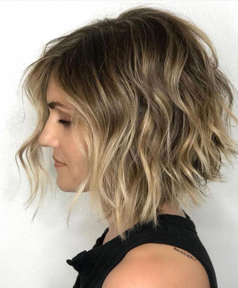 Messy Wavy Bob For Fine Hair #shortfinehair | Wavy bob hairstyles, Wavy angled bob, Short wavy hair