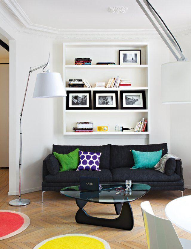 Un salon contemporain blanc avec des touches de couleurs