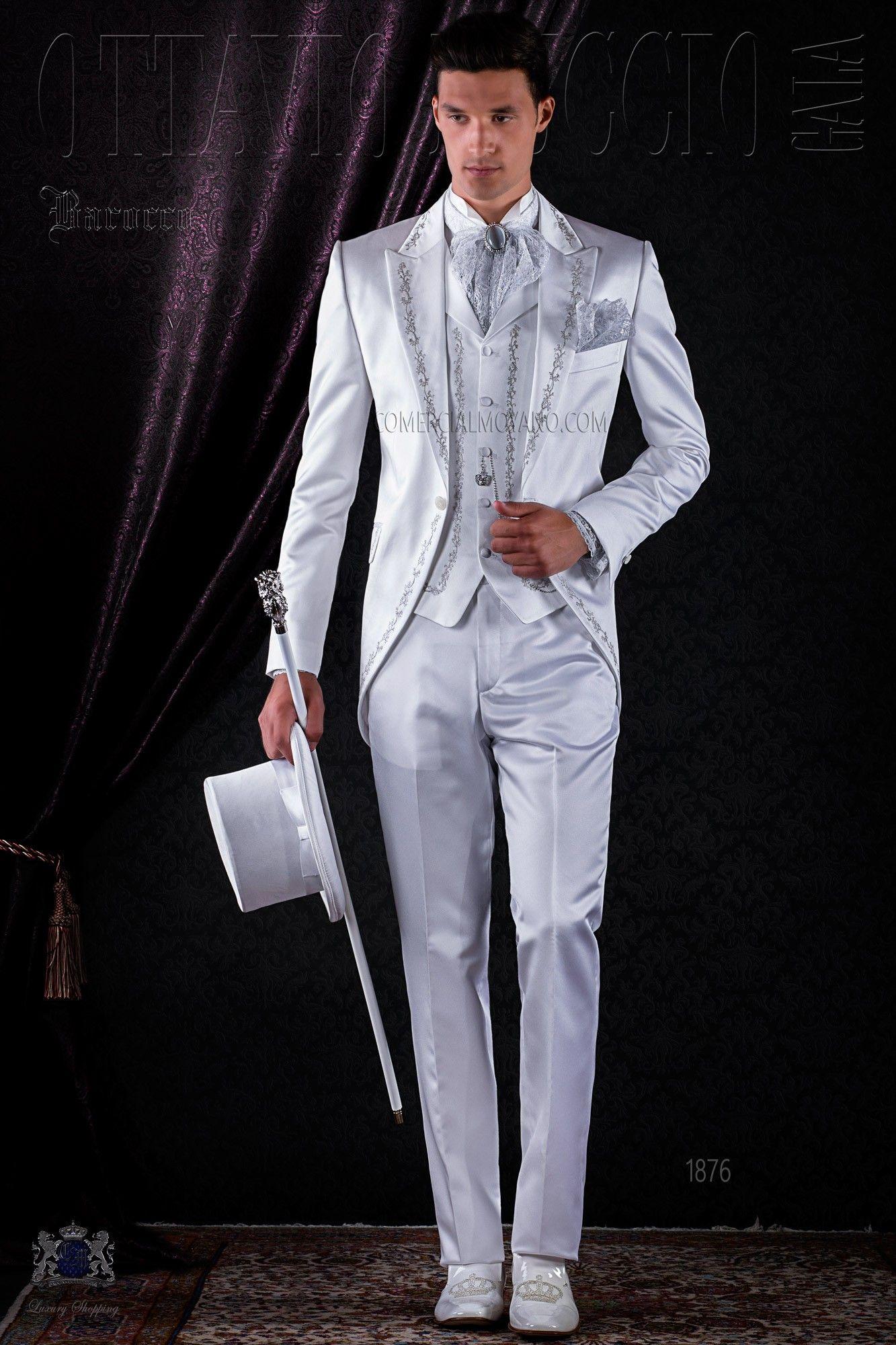 Costume baroque blanc de satin avec revers de pointe et broderie
