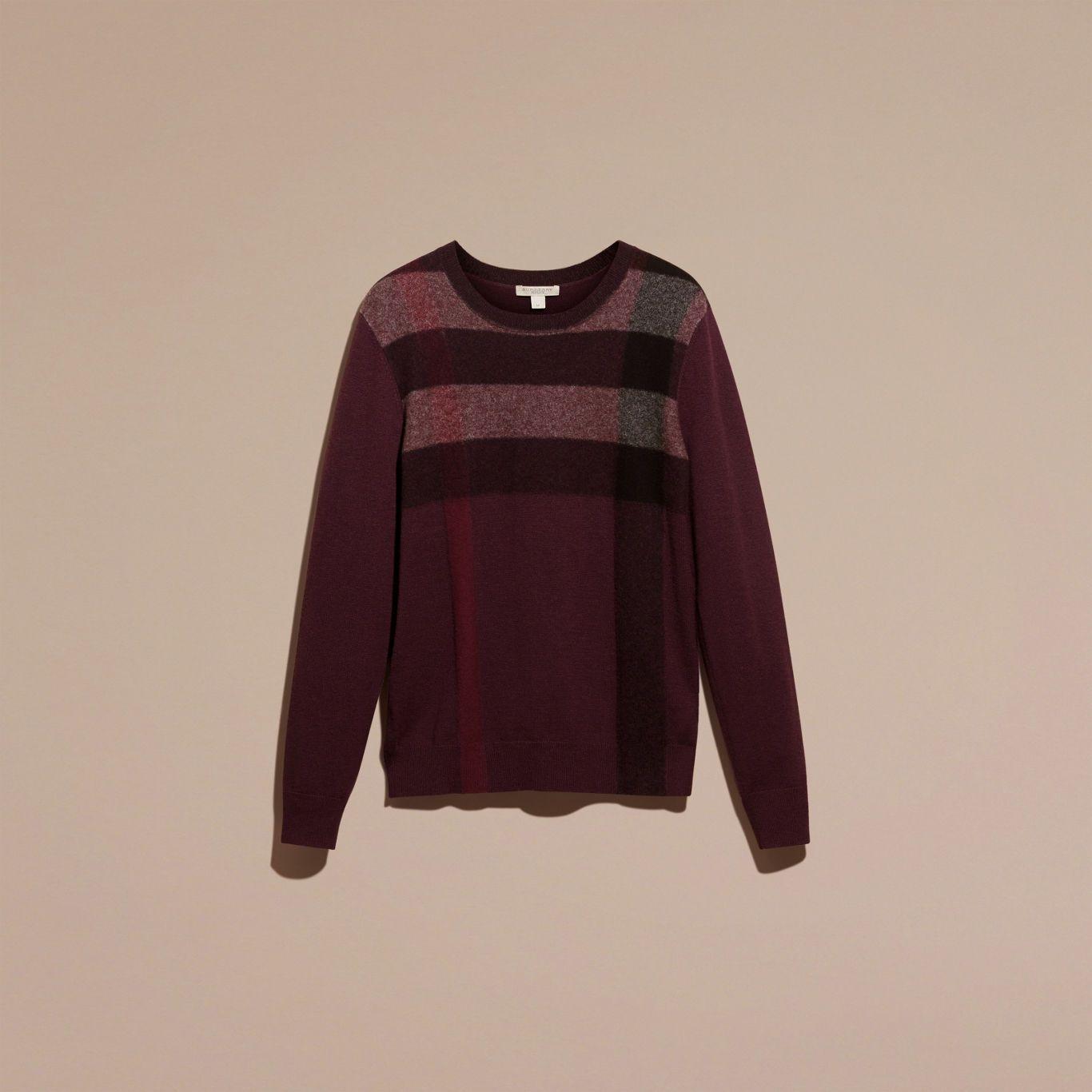 Ein Pullover aus einer thermoregulierend Mischung aus Kaschmir und Baumwolle mit einem markanten Check-Design auf der Vorderseite. Der schmal geschnittene Pullover kann besonders gut alleine getragen oder auch mit einem Hemd mit Button-down-Kragen kombiniert werden.