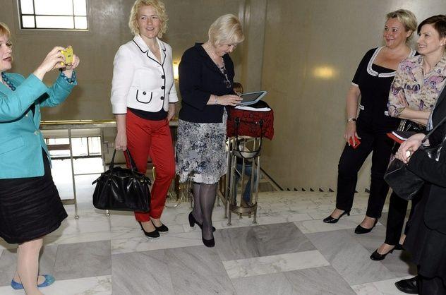 """Kuvateksti: """"SDP herätti huomiota eduskunnassa perjantaiaamuna. """" Oliko kyse housuista vai ministerivaihdoksista?"""