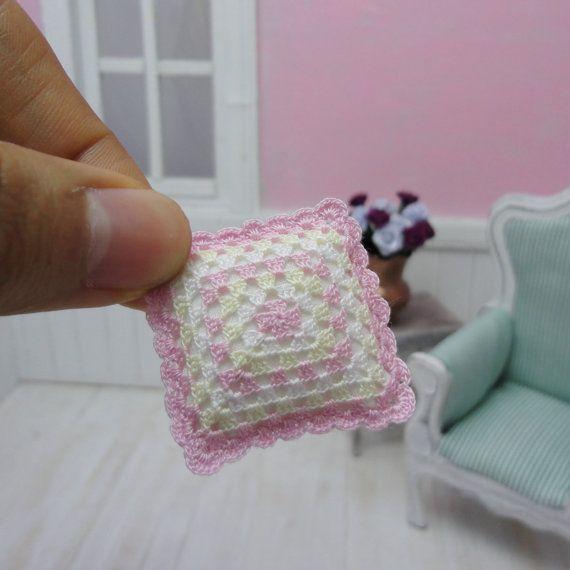 Miniature crochet pillow in granny square style dollhouse - Aplicaciones a ganchillo ...