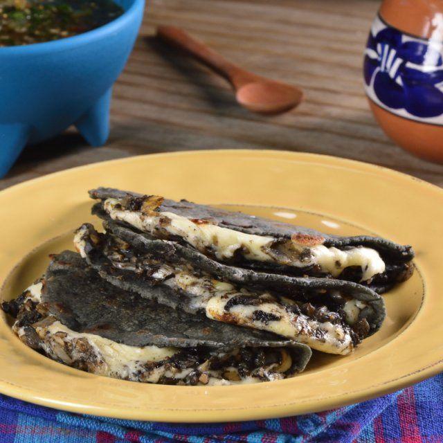 Quesadillas De Huitlacoche Con Queso Oaxaca Receta Recetas De Comida Mexicana Comida Vegana Mexicana Recetas De Cocina