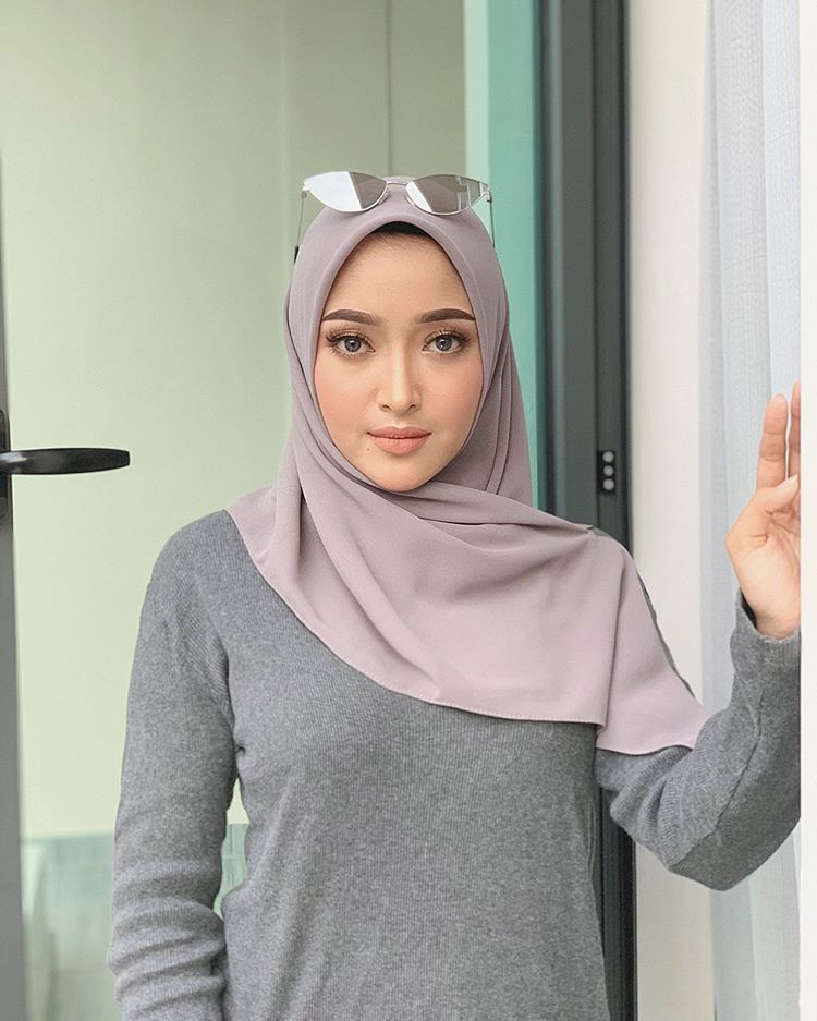 The Older You Get The More Quiet You Become Life Humbles You So Deeply As Your Age You Realize How Much Nonsense You Ve Waste Gaya Hijab Wanita Wanita Terseksi