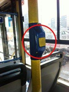 Кнопка на поручне в салоне автобуса Дан