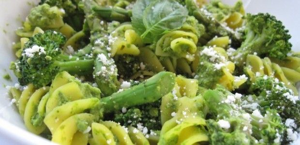Need a Healthy Dinner Idea Tonight? Try this Pasta with Green Pea Pesto #SuperfoodSwap - https://dawnjacksonblatner.com/recipes/pasta-with-green-pea-pesto/