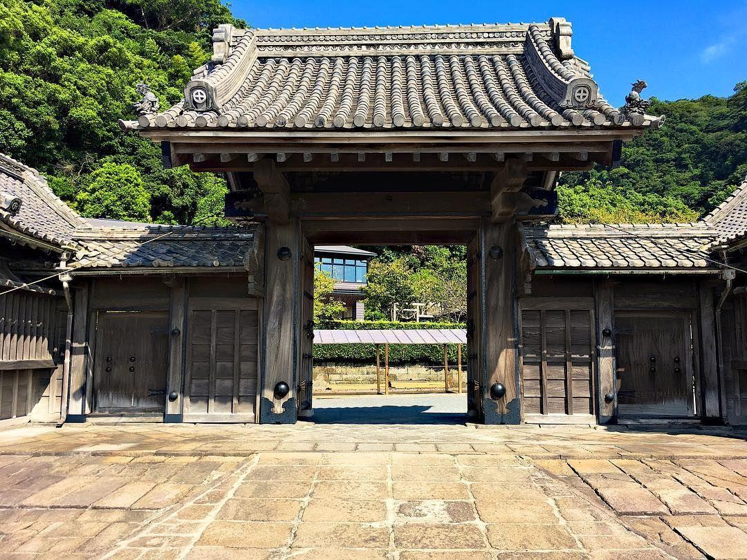The old main entrance of Senganen Garden in Kagoshima  #landscape #losgelaufen #kagoshima #senganen #senganengarden #garden #japan #explorejapan #asia #travel #reisen #backpacking #entrance #photography