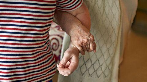Omaishoitajien viikolla nostetaan esille omaishoitajien kotona tekemää hoitotyötä. Moni omaishoitaja hoitaa läheistään kotona ilman korvausta, koska kuntien käytännöt tuen myöntämiseen vaihtelevat, eikä tukea myönnetä kaikille.