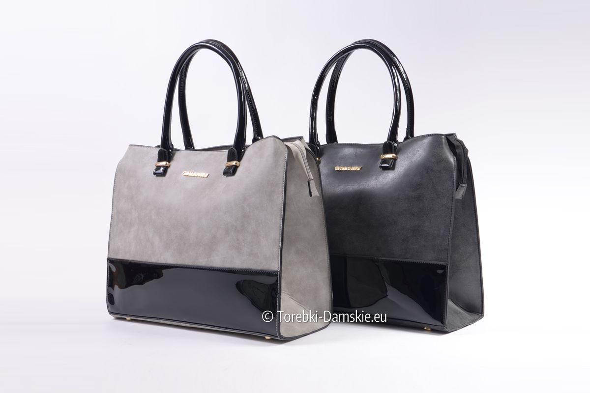 f98a5944cfb6e Duża pojemna prostokątna torba Gallantry w dwóch wersjach kolorystycznych   szara z czarnym i czarna. Połączenie ekoskóry lakierowanej i matowej.