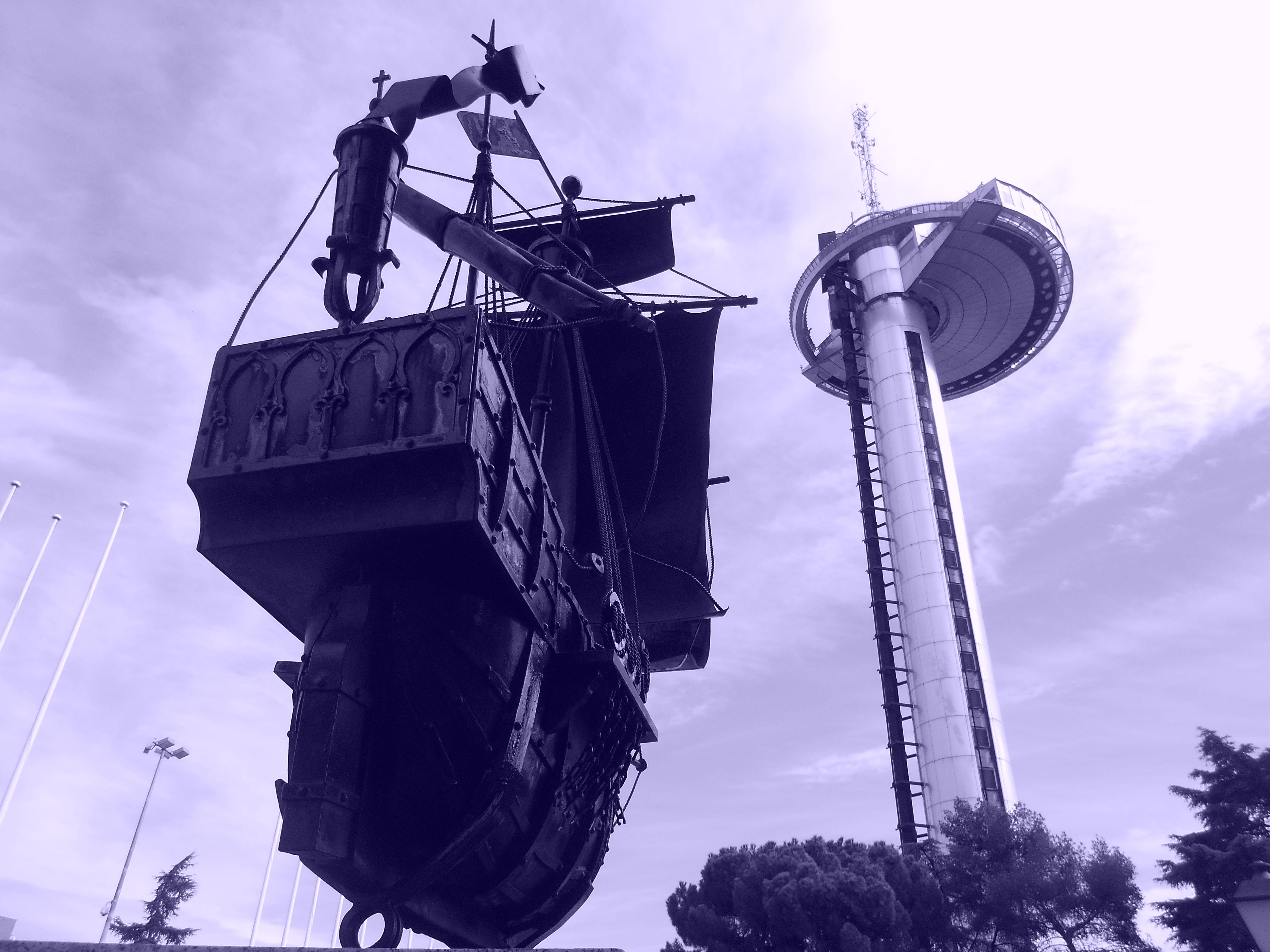 Carabela del Museo de América navegando hacia el Faro de Moncloa