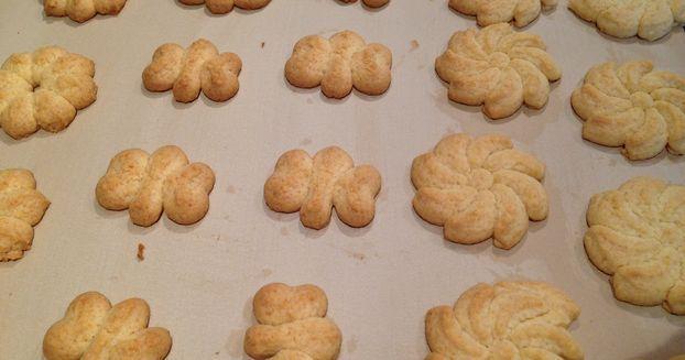 Marzipan-Spritzgebäck waren meine ersten Kekse mit der Plätzchenpresse. Die Familie war begeistert und nun gehören sie jeden Sonntag auf den Kaffeetisch. Rezept unter: www.jolitz.shop-pamperedchef.de