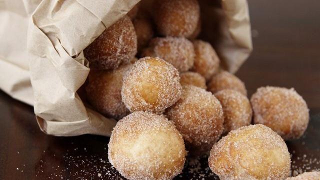 "Sugar Doughnut Minis Blogger Paula Jones how to make fresh, cinnamon and sugar ""dough-nuts"" from Pillsbury® pizza dough!Blogger Paula Jones how to make fresh, cinnamon and sugar ""dough-nuts"" from Pillsbury® pizza dough!"