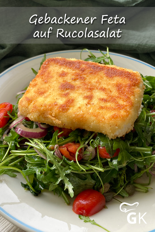 Dass es nicht immer einer Fleischbeilage bedarf, beweist dieses Rezept für einen leckeren, gebackenen Fetakäse mit würzigem Rucola-Salat.  feta  käse  vegetarisch  rucolasalat  lecker  einfach