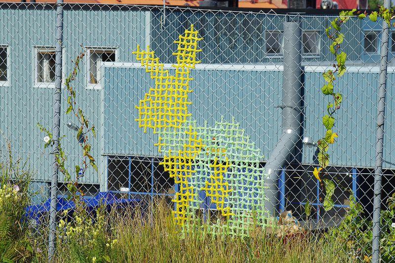 broderat staket | Horgolás,kötés,hímzés | Pinterest | Fence art ...