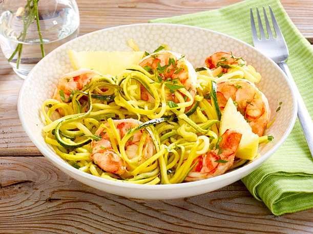 Zucchininudeln mit Garnelen Rezept | LECKER