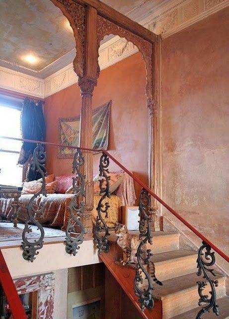 prachtige boho, oosterse slaapkamer met trap | Small Space Adaptive ...