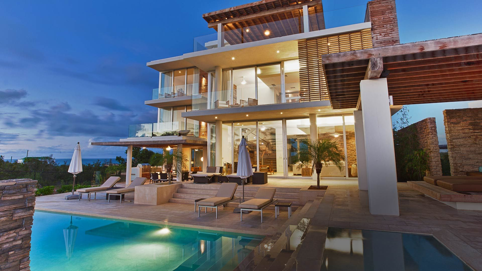 Where do millionaires live in canada modern for Modern luxury villa design