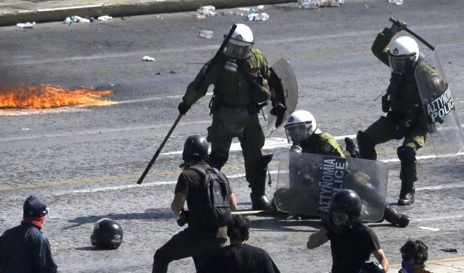 Atene, molotov contro la polizia