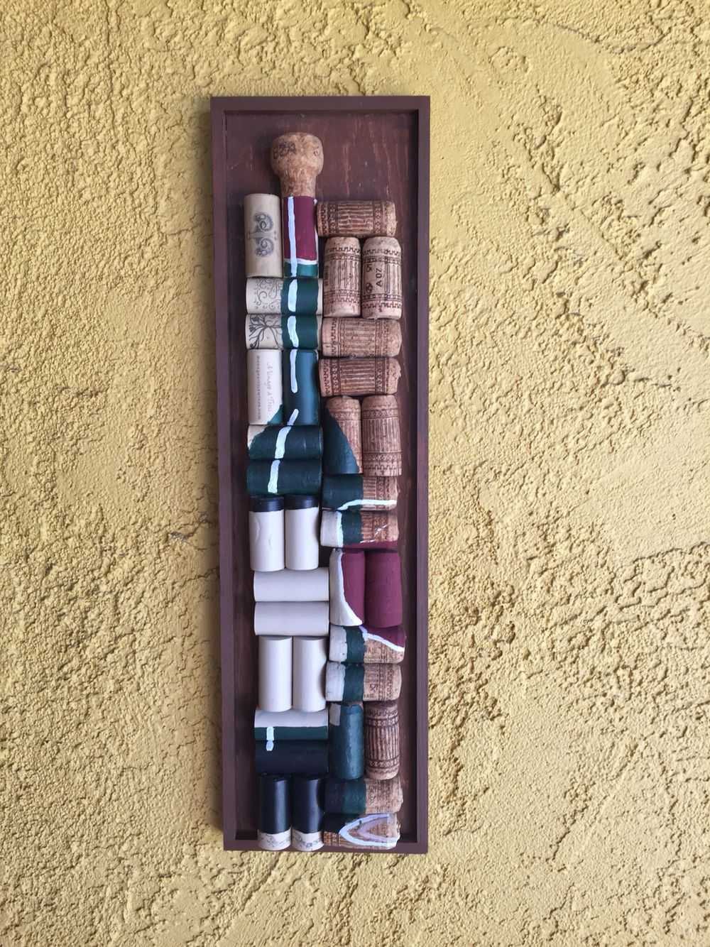 Cuadro pintado copa de vino y botella con corchos for Cuadros con corchos