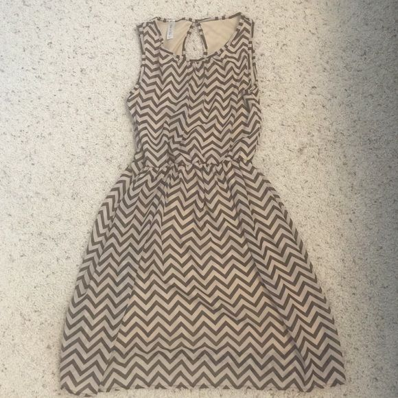 Black/cream dress Beautiful dress, perfect for spring! 100% polyester size medium purchased from a boutique never been worn Dresses