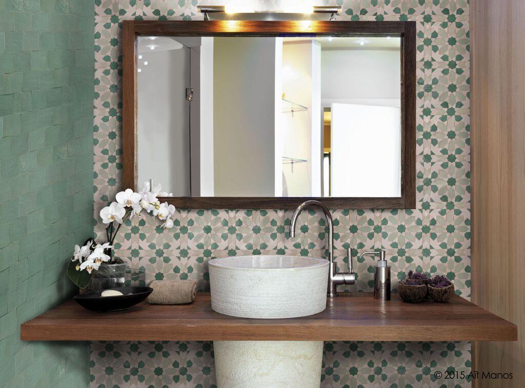 Salle De Bain En Zellige Motif Ksar Et Basic 10x10cm Couleurs Aqua Green White Et Celadon Bathroom Pattern Zellige Zellige Marocain Idees Salle De Bain