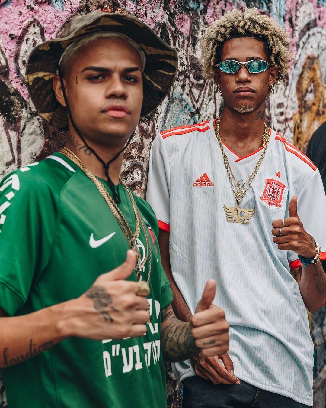 Cantor Todo Tatuado Brasileiro a imagem pode conter: 2 pessoas, pessoas em pé | rappers