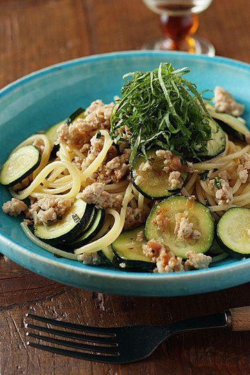 鶏ひき肉とズッキーニの梅しそ風味パスタ by ハナウタさん」 鶏ひき肉とズッキーニを使ったパスタを作りました。梅干しの果肉をたたいたものと、青じその刻んだのも