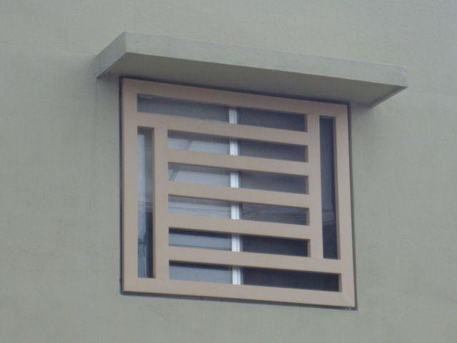 Ventana con herrer a contempor nea con rejas horizontales Puertas corredizas seguras