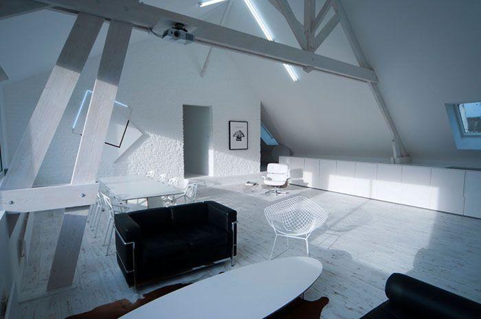 Loft contemporain   Minimaliste   blanc   épuré   intérieur moderne - Salle A Manger Parquet