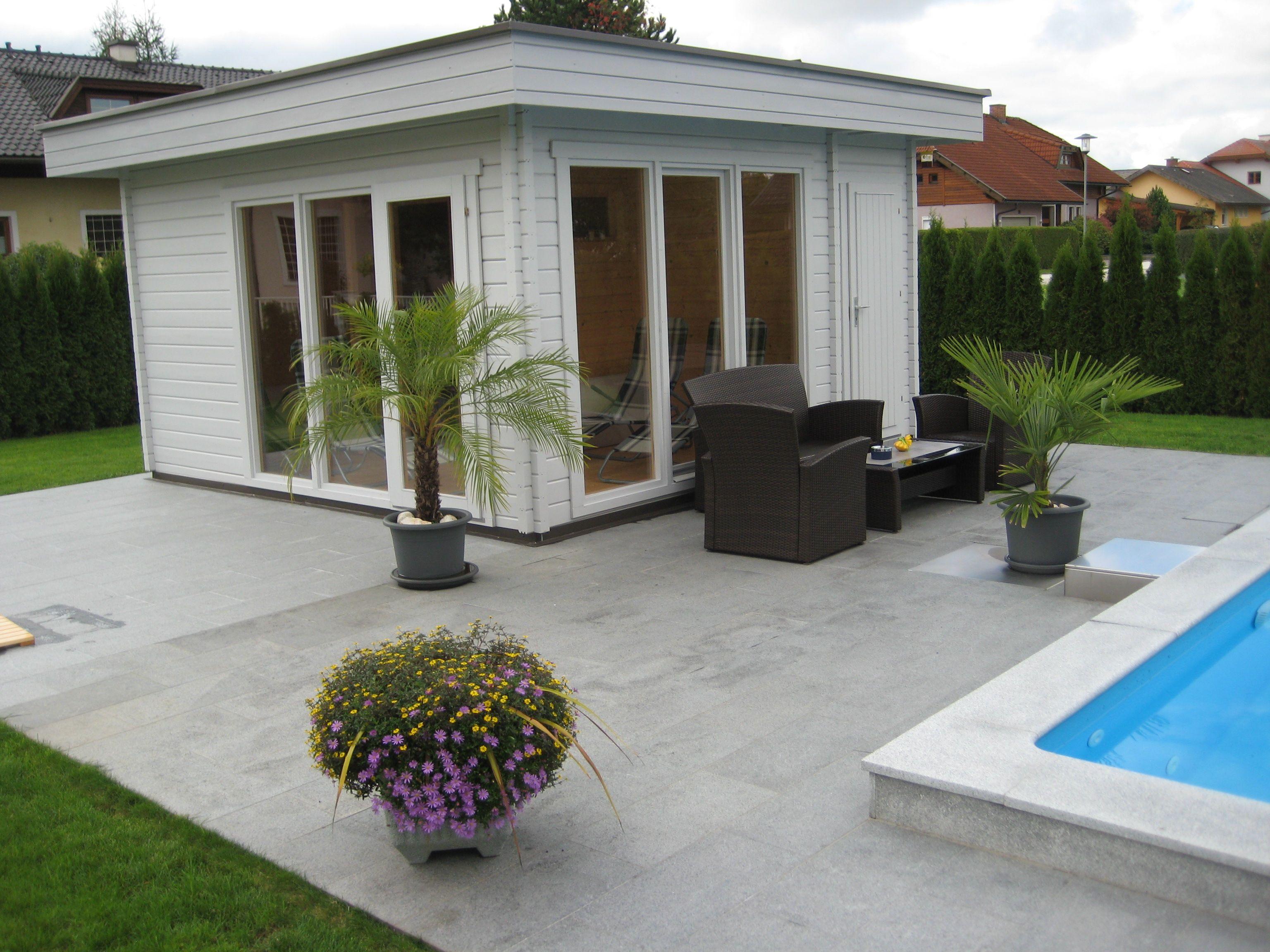 Stylisches Flachdach Gartenhaus mit einer mediterranen