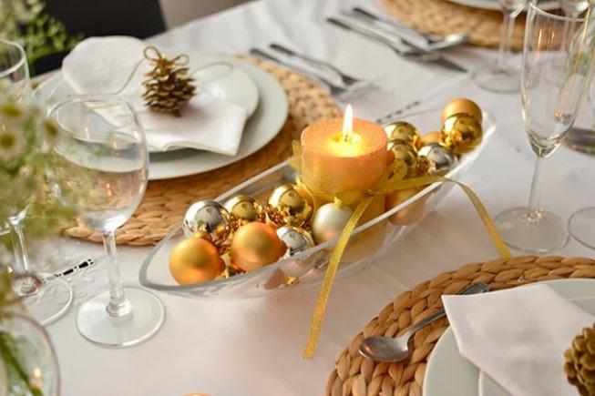 Aus farbigen Kugeln, Tannenzapfen, Kerzen, Früchten, Blumen und Gewürzen werden weihnachtliche Tischdekorationen hergestellt. 12 Ideen sehen! - #blumen #farbigen #fruchten #gewurzen #kerzen #kugeln #tannenzapfen #weihnachtlichetischdekoration
