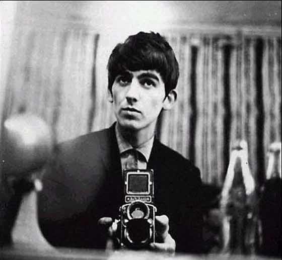 George Harrison macht ein Selbst-Portrait im Spiegel · Lomography