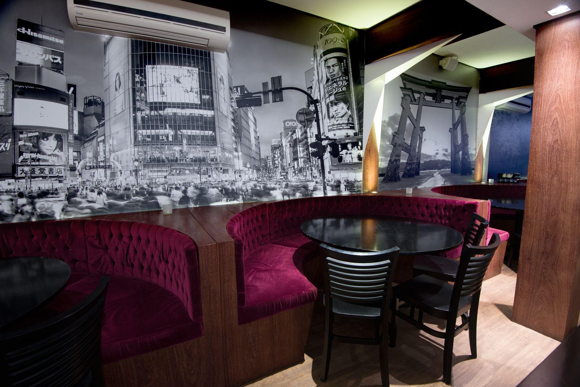 Adesivação de paredes para decoração do restaurante japonês Tokyo House